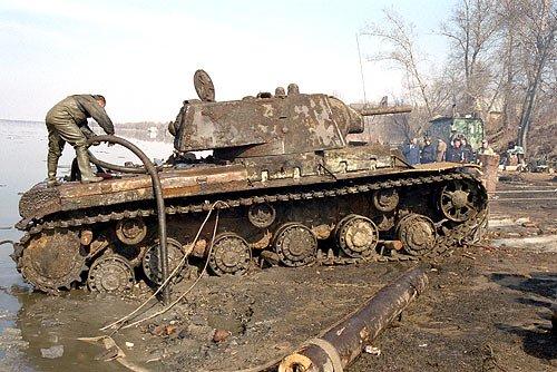 Тяжёлый танк КВ-1А, поднятый со дна Невы весной 2003 года. Фото poxe.ru