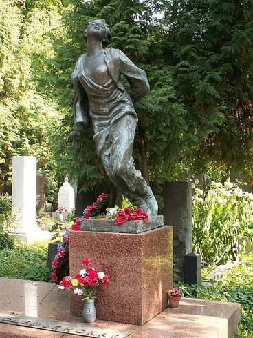 Памятник на могиле Зои в Москве. Источник:livejournal.com