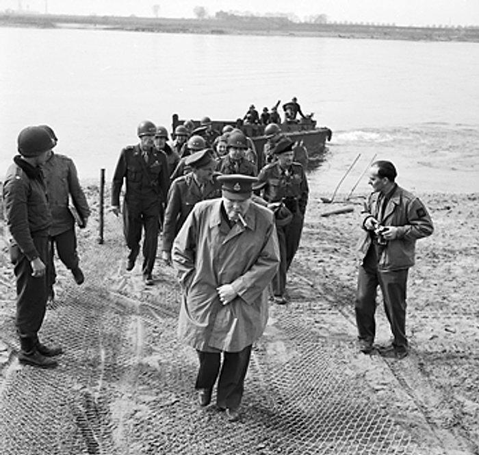 Черчилль впереди войск. Источник:nobeliat.ru