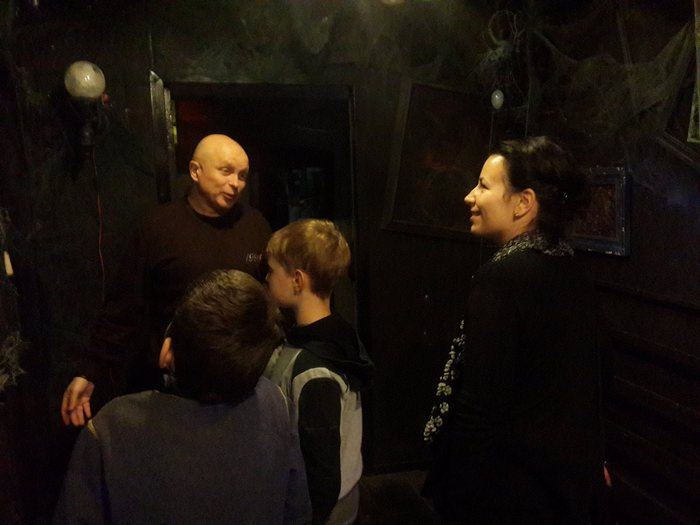 Александр Вышка в своей мастерской с посетителями