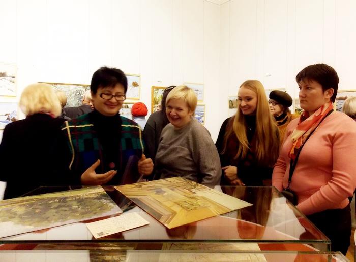 Директор Витебского художественного музея Ольга Акуневич и сотрудники с принесёнными в дар произведениями искусства