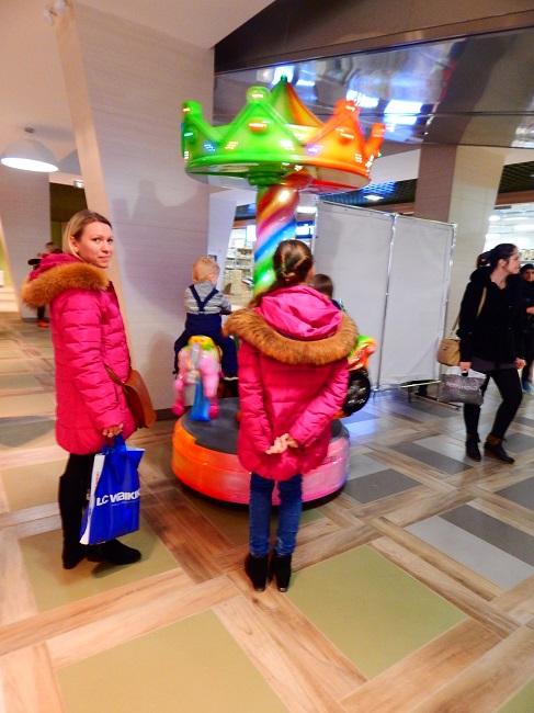 Взрослым - покупки, детям - карусели