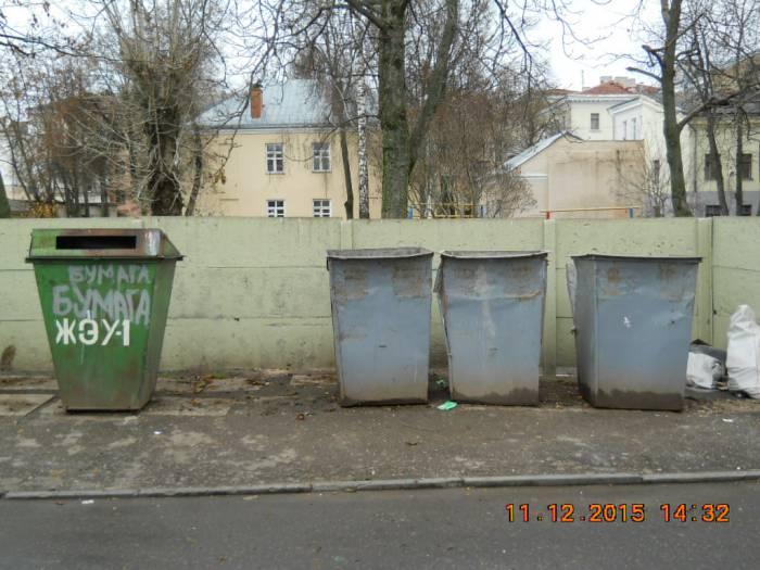 Фото 1 контейнеров у ЖЭУ-1