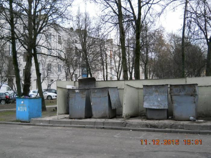 Контейнеры во дворе дома 48 по улице Ленина