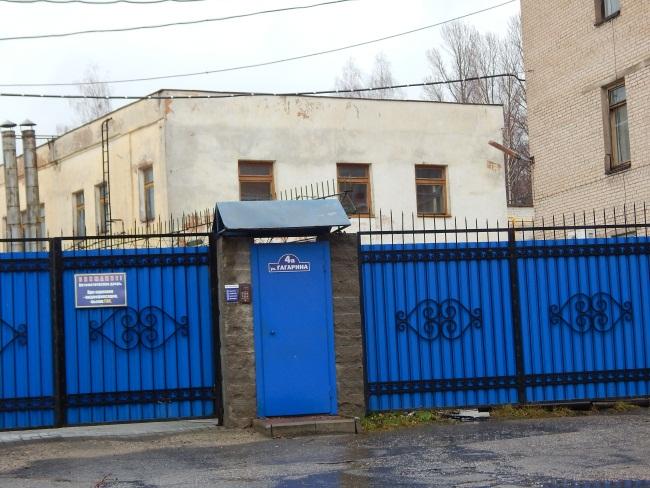 За этими воротами располагается телестудия