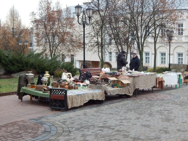 Уличные коробейники на Суворова