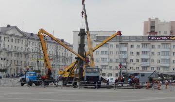 На площади Победы начинают монтировать елку