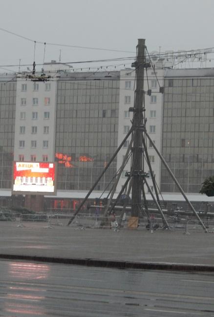 К пяти часам вечера на площади уже стояла металлическая основа