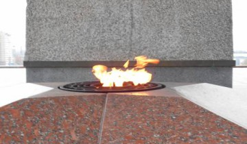 Вечный огонь у подножия монумента