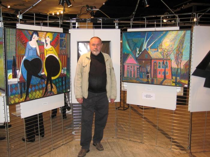 Олег Сковородко со своими живописными произведениями