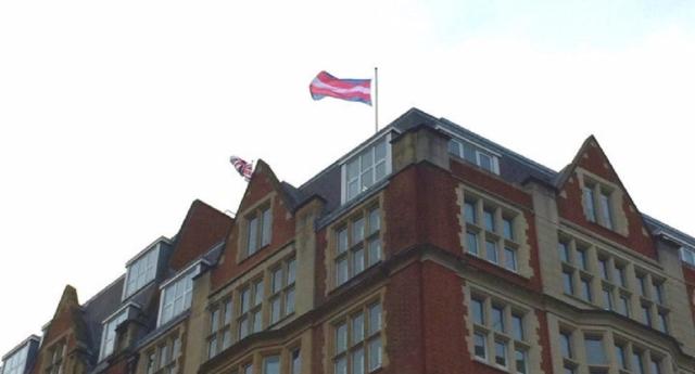Трансгендерный и британский флаги рядом... Источник: http://www.pinknews.co.uk/