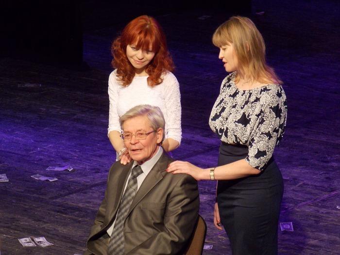 Виктор Дашкевич и его дочери Анна и Виктория на коласовской сцене