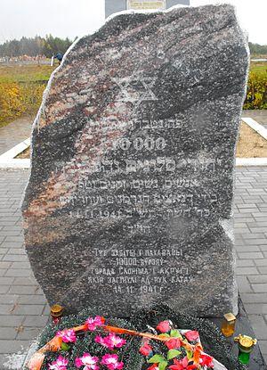 памятник убитым 14.11.1941 евреям на Чепелевских полях у Слонима Источник: wikipedia.org
