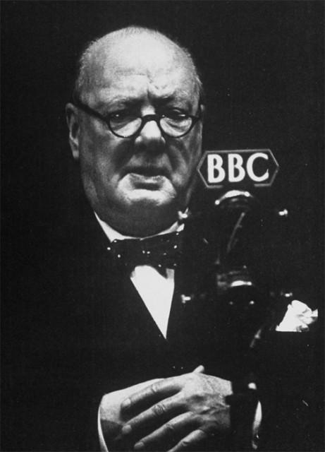 Черчилль у микрофона. Источник:livejournal.ru