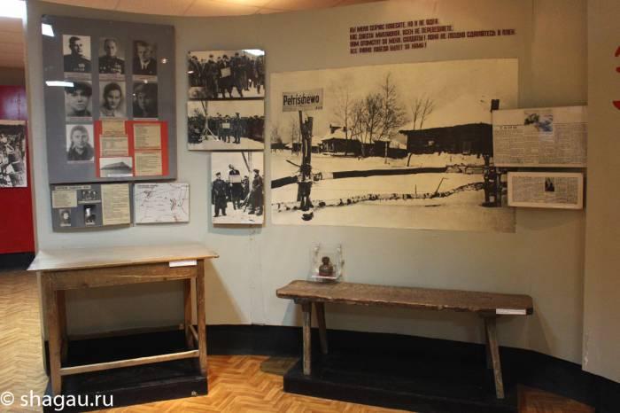 Стол за которым пытали Зою и скамья, на которой она провела ночь перед казнью. Источник: shagau.ru