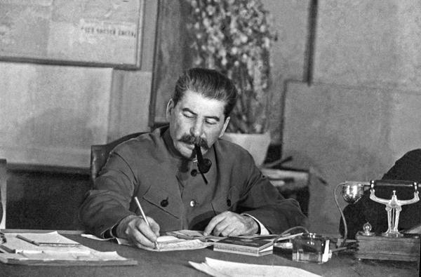 Сталин за работой. Источник:pravda.ru
