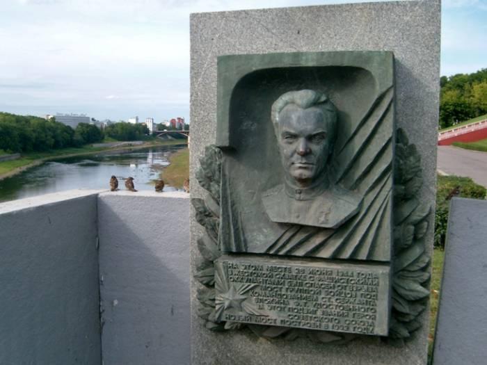 Мемориальный знак у моста им.Блохина через Двину
