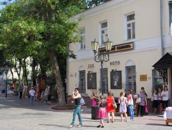 Возле дома на ул.Толстого ещё растёт дерево
