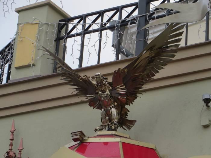 Крылья орла подняты в форме буквы V. Как инициал владельца клуба