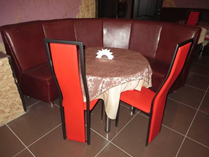 Красные стульчики из «Планеты»
