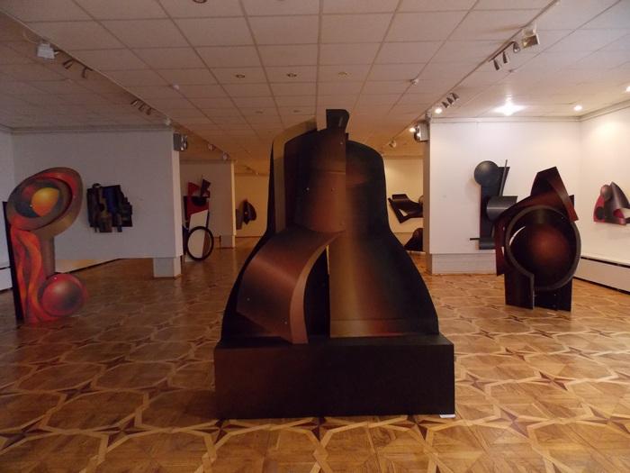 А. Малей. Разрушенный колокол (в центре)