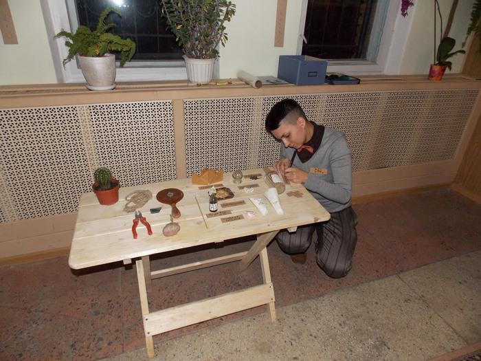 Анастасия Ганчарова с артефактами, символизирующими обломки обыденного и стереотипного восприятия
