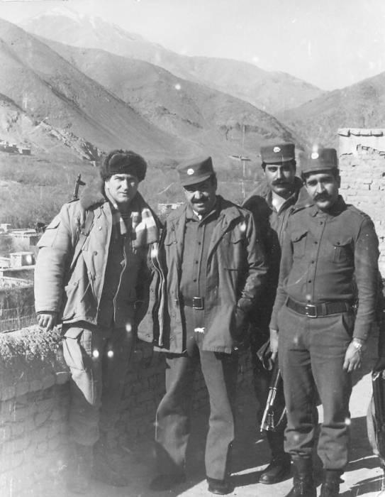 Чкалов (стоит слева) с афганскими офицерами в 1987 году на фоне перевала Саланг. Фото из личного архива Валерия Чкалова.