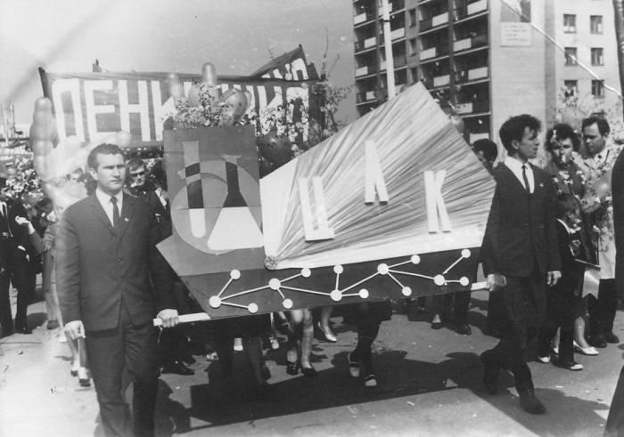 Валерий Чкалов( идет слева) на демонстрации в Новополоцке. Фото из личного архива Валерия Чкалова