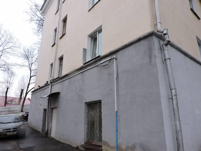Неприметная дверь сбоку здания - вход в мастерскую художника.