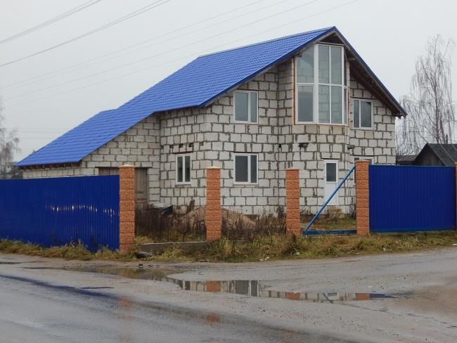 Рядом с домами брошенными вырастают настоящие коттеджи