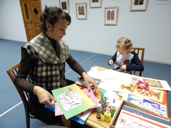 Ольга Арасланова учит вырезать игрушки