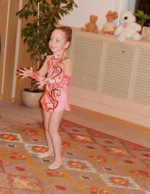 Юная гимнастка демонстрирует чудеса гибкости