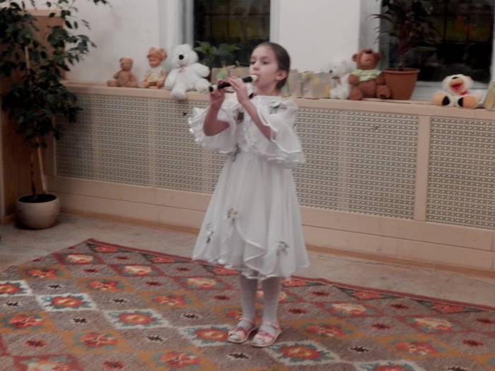 Маша Лебедева играет на флейте