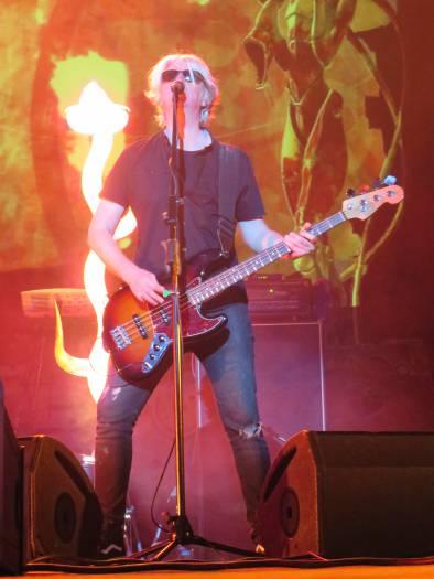 Бас-гитарист зажигает! Фото Аля Покровская