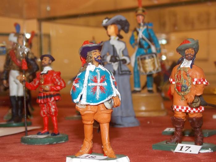 На первом плане - мушкетёр французского короля (XVII в.)