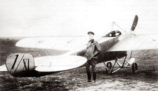 Нестеров возле самолета Ньюпор.Источник:encyclopedia.ru