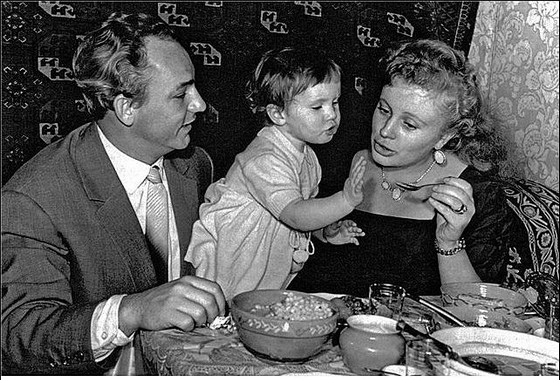 Николай Рыбников с супругой и дочкой. Источник:uznayvse.ru