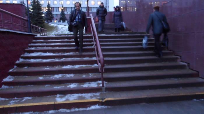 Эта лестница из подземного перехода пандусом не оборудована