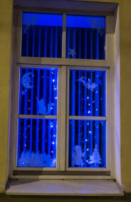 Просто и волшебно: бумажные силуэты в окнах смотрятся как нельзя лучше на доме по ул. Ленина, 20