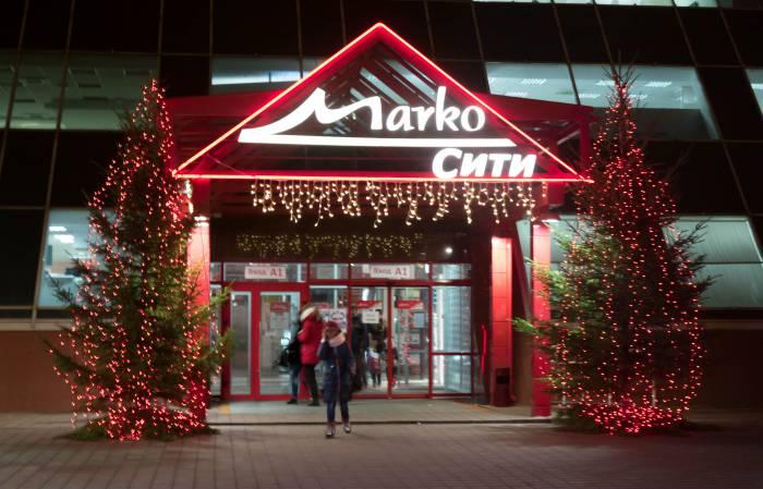 """Замечательные европейские елочки на ТЦ """"Марко-сити"""". Жаль, что посмотреть на них под снегом мы сможем еще не скоро"""