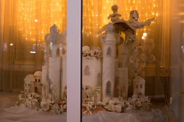 """Сказочный замок в окне кафе рядом с """"Караваем придвинья"""". Даже лучше всякого пряничного домика."""