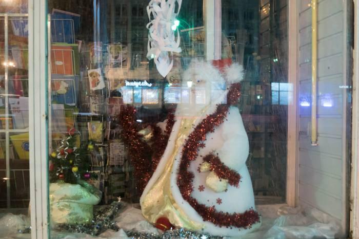 """Дед Мороз в витрине магазина """"Глобус"""". Жаль, что блики помещали нам хорошо рассмотреть его"""