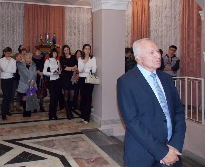 Виктор Климчук со зрителями на открытии выставки в театре, посвящённой памяти Владимира Короткевича