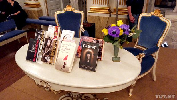 Книги Светланы Алексиевич возле трибуны. Фото: tut.by