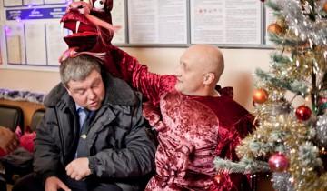 Залез на елку - попал в полицию! Источник  topclub.ua