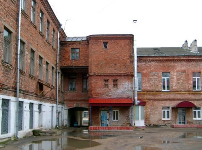 Вид со двора в октябре 2009
