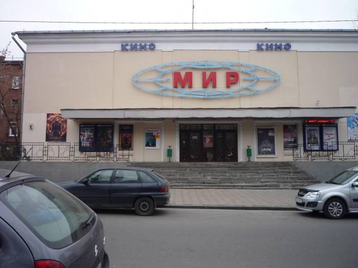 В кинотеатре «Мир» работают два зрительных зала.