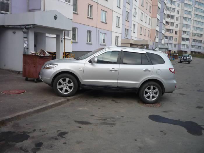 Так нестандартно паркуются некоторые водители. Может, тоже места не хватило? Или совести?