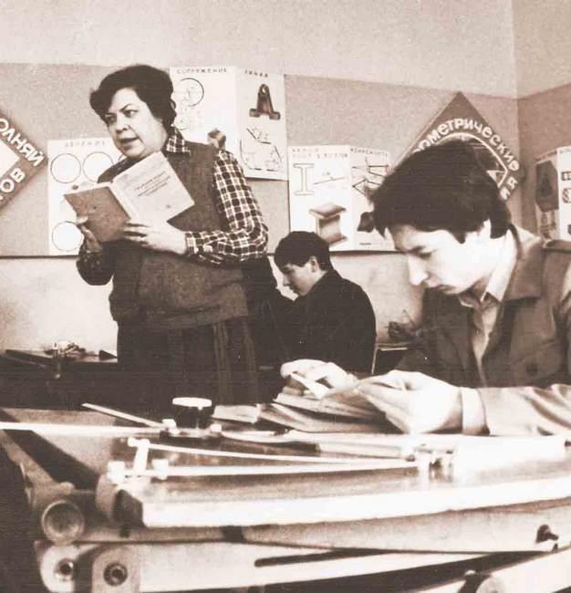 На занятии по начертательной геометрии. Фото из архива художественно-графического факультета ВГУ