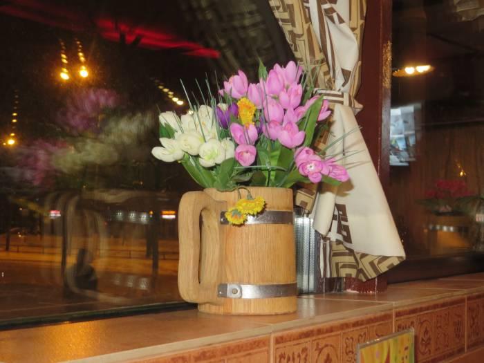 Универсальная деревянная кружка - и выпить из неё можно, и цветы поставить